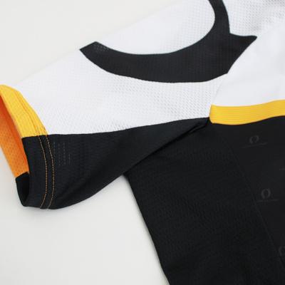 タイトなシルエットを採用し衣服のバタつきを軽減。脇などにストレッチ素材を配置することで脇や背中にかかる余計なストレスを軽減。通気性も考慮しました。