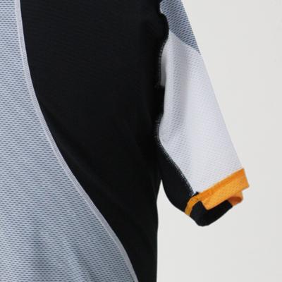 ストレッチメッシュを採用することで脇や背中などの衣服にかかる余計なストレスを軽減。