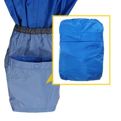 左袖の裏側に収納袋があります。収納袋に巻込むように小さく収納するとが可能です。