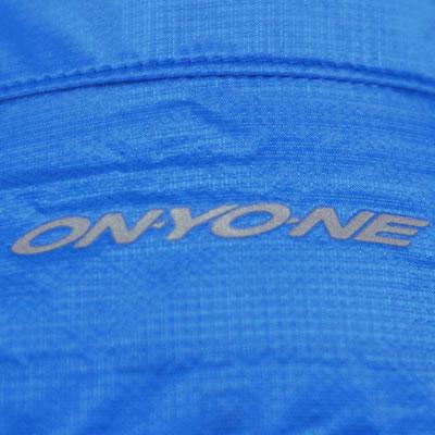 背中上部に反射ONYONEロゴをプリントしました。夜間の視認性が高まります。