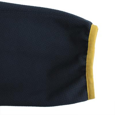 袖が手にかからないように袖口にストレッチテープを採用。