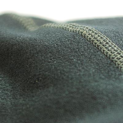 肌面に肌触りが良く着心地の良い起毛素材面を採用することで保温性を確保
