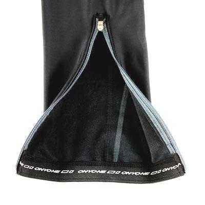 着脱を考慮し、足口に21cmファスナーを採用