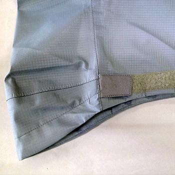 ペダリング時に雨水の浸入を抑える為に、足口を絞れるマジックテープ使用。