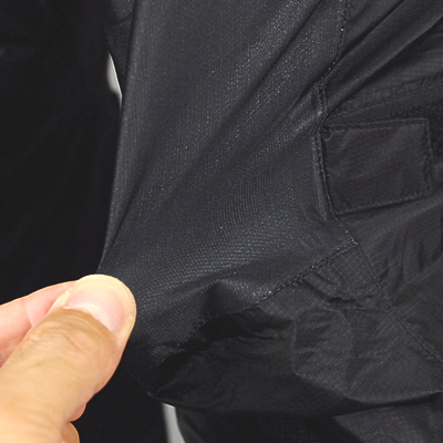 ペダリングに衣服からのストレスを軽減する為に、膝部分へストレッチ性の高い防水素材を採用。シルエットもスリムに保つことに成功しました。