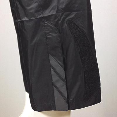 ギアオイルから衣服の汚れを守る為に、足口を絞れるマジックテープ使用。