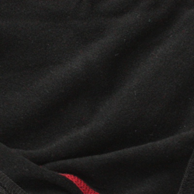 防風性を備えたストレッチ素材を使用しており、裏面には柔らかな肌当たりと保温性を実現する為にフリース素材を張り合わせた素材を採用しています。