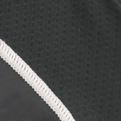 脇部分に通気性と運動性を考慮してストレッチメッシュ素材を配置。