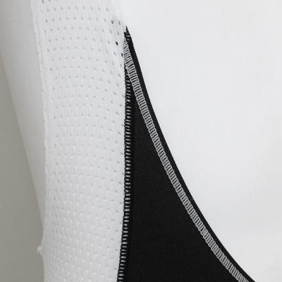 通気性と着用感を考慮して、ストレッチ性高いメッシュ素材を採用。