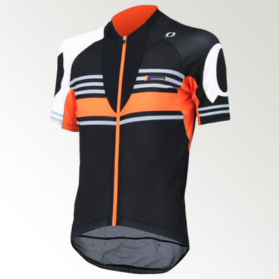 ロングライドジャージ(BKJ98100)との重ね着を考慮したデザイン。