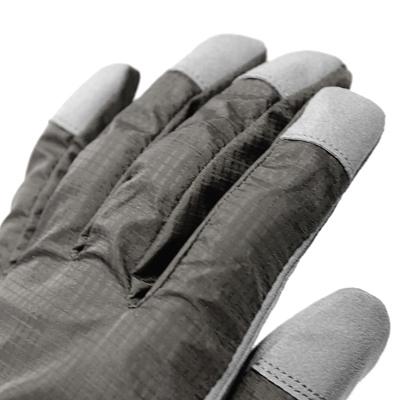 摩擦の多い指先には、防護性、耐久性の高い人工皮革を使用しました。