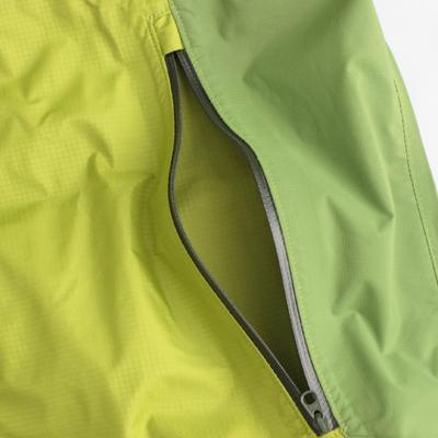 止水ファスナーを採用する事により、防水性と軽量性、すっきりとしたデザインを実現。