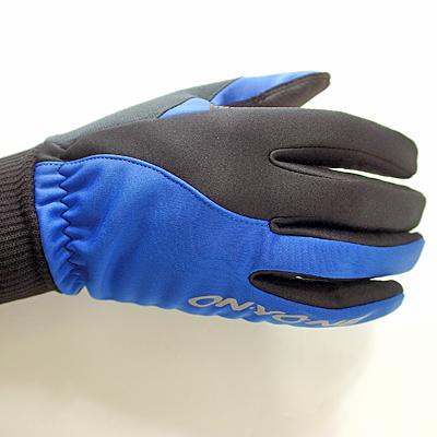 冷たい空気をシャットアウトする防風裏起毛ストレッチ素材を配置し、保温性を確保します。