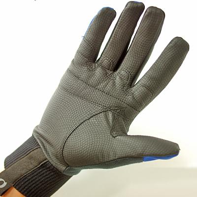 掌側にはしなやかでグリップ力の高い素材を配置し、確かな握りやすさを実現しました。