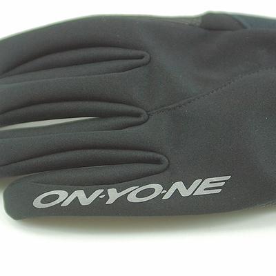 安全面を考慮して手の甲がわの両手小指に再帰反射ロゴを搭載。