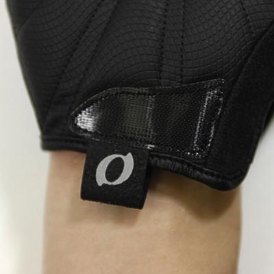着用時を考慮して手首内側に取り付けられた引き手。耐久性を向上。