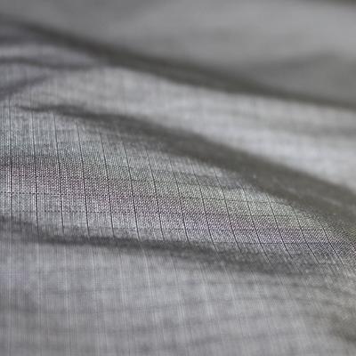 素材は軽量な防水透湿2.5層素材を使用し、トラッドな見た目の中にしっかりとアウトドア仕様を取り込んでいます。