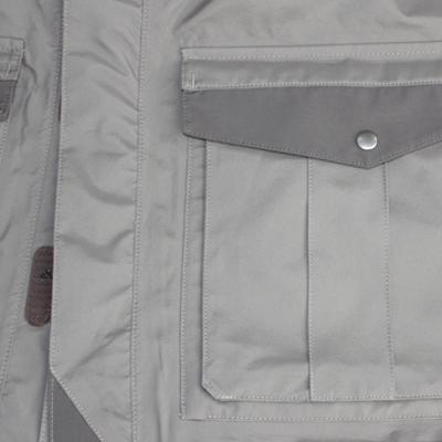 裾部には使いやすい大きめアウトポケットと、ハンドウォーマーポケットを配置。