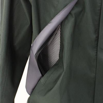 両胸には大型のフラシが付いた防水性の高いポケット。袋布にはメッシュ素材を使用し、ファスナーを開放すればベンチレーションとしての効果も得られます。