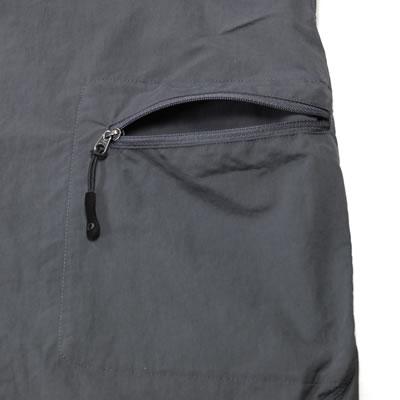 左腿のみ設置されたカーゴポケット。内側に袋を作ることでシルエットを崩さない設計。
