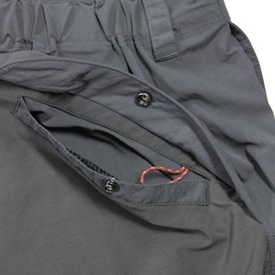 便利な幅広ポケット。