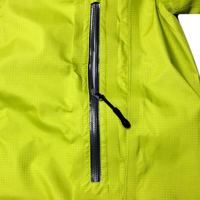 止水ファスナーを採用することにより、すっきりとしたシルエットと運動性を向上。