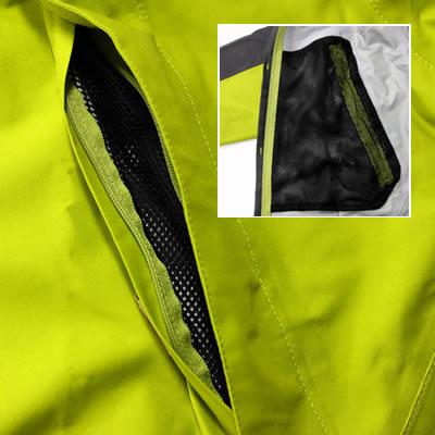 歩行時の全面や上部からの水・風の浸入を防ぐ大型フラップ。ポケットはメッシュ素材で万が一水が浸入しても溜まりません。