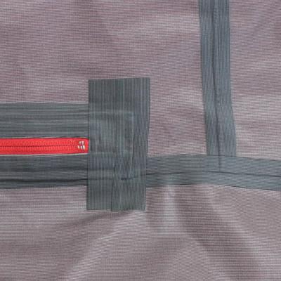 縫製部裏に目止めのテープ加工を施し、ステッチ穴からの水の浸入を防ぎます。