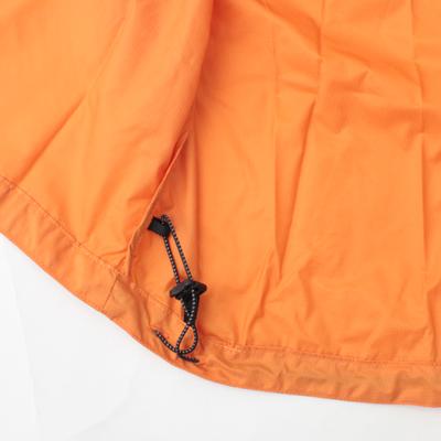 ドローコード+ストッパーで悪天候時でもしっかりフィット。風の巻き込みを軽減してくれます。
