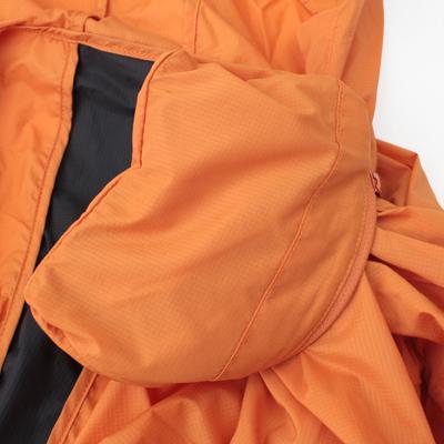 胸ポケットを裏返せばパッカブルとしてコンパクトに収納できます。