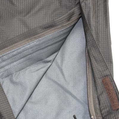裾ファスナー開き仕様が脱ぎ着の際に重宝します。またレインガーター付きで防水性もケア。