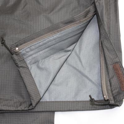 裾口ドローコードアジャスト。水の巻き込みを防止します。
