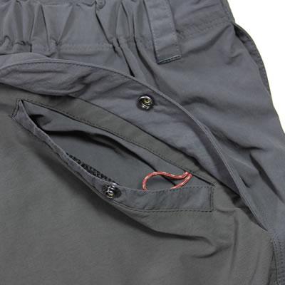 後ポケット 便利な幅広ポケット。