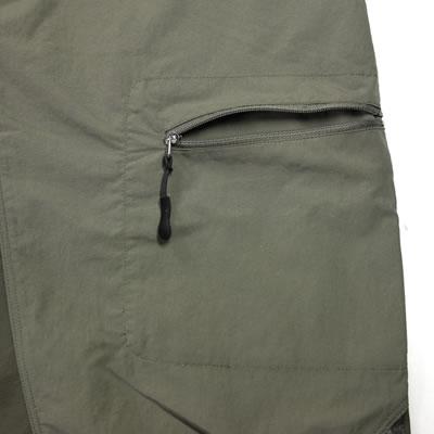左脇ポケット 左腿のみ設置されたカーゴポケット。内側に袋を作ることでシルエットを崩さない設計。