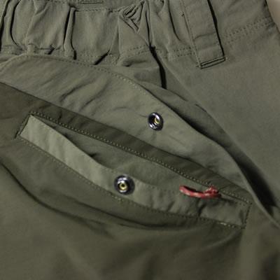 後ポケット 便利な幅広ポケット。フラップはボタンで固定。便利なアクセサリーループも付いてます。