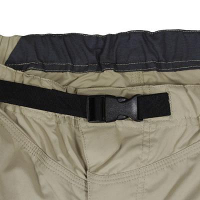 脱ぎ着が簡単なウエストバックル仕様。