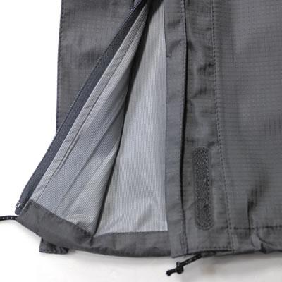登山靴を考慮し裾開口部が大きく開きます。