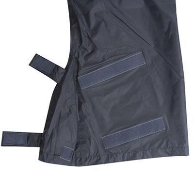 登山靴などでも色々なサイズ・形に対応するため独特な裾口形状を採用。雨風の侵入を防ぎます。