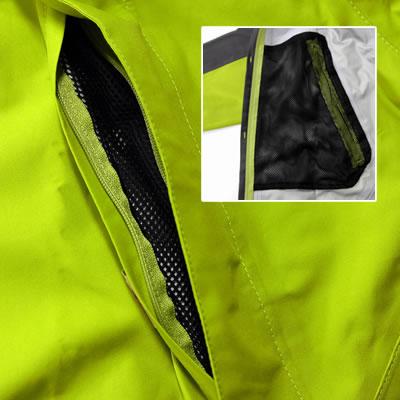 歩行時の前面や上部からの水・風の浸入を防ぐ大型フラップ。ポケットはメッシュ素材で万が一水が浸入しても溜まりません。