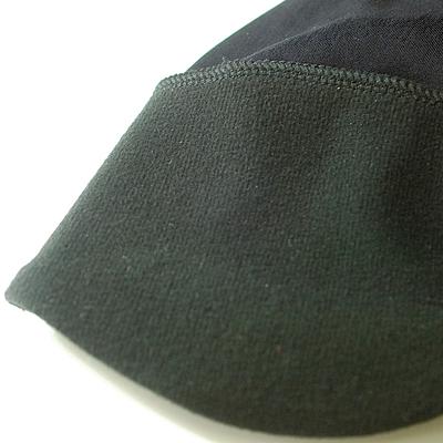 頭頂部には薄めの2WAYトリコット生地を使用し、ヘルメット着用時のフィット性を保持します。