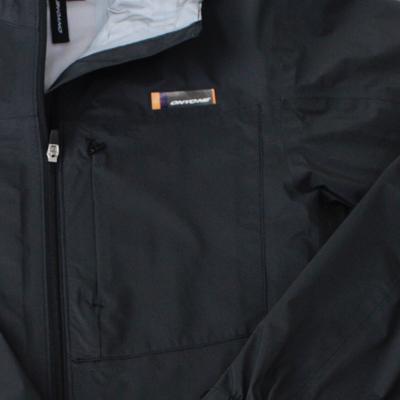 左胸ポケットはコンシールZIPを使用したミニマルなデザイン。ポケット内のメッシュ窓がベンチレーションとしても機能します。