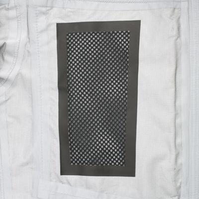発汗量、発熱量の多い部位には通気性のある素材を適材適所に配置し、快適性を追及。