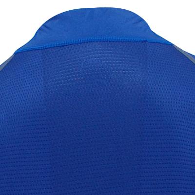 背中部分にメッシュ素材を使用しムレを軽減します。