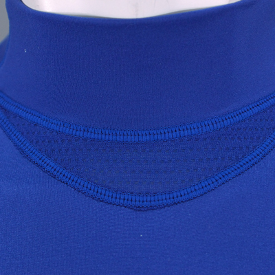 汗の溜まりやすい首の付け根部分をメッシュ切替にすることにより、汗を発散し不快感を軽減します。