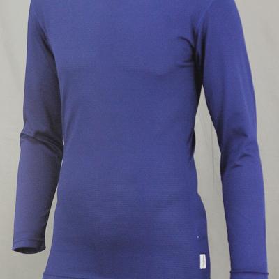 ウエスト部分を絞り込み、裾を広げることでプレー中に裾がズレあがることを防止します。