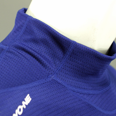 衿脇部分を別パーツにする事で首周りの収縮が容易になり着脱しやすく、首周りの違和感が軽減されます。