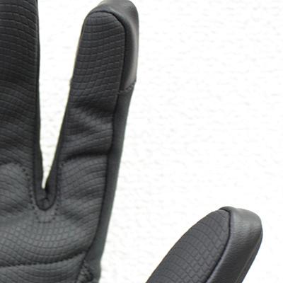 親指と人差し指先にタッチパネル対応素材を配置。