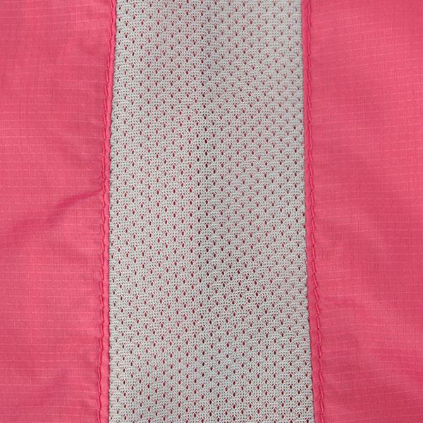 背中中心にメッシュ素材を配置しベンチレーション機能を搭載。通気性を確保し衣服内のムレを軽減