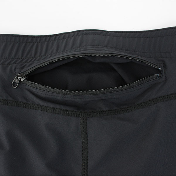 後ろ腰に備え付けられたポケットはポケッタブル機能を備えています。