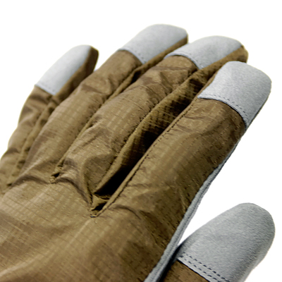 指先ガード 何かと多用するグローブの指先を人工皮革でガードし、耐久性を向上させました。